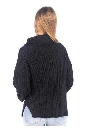blusa-de-trico-com-gola-preto